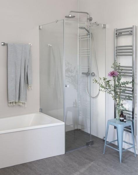 Eck Duschkabine neben Badewanne mit verkürzter Seitenwand und Pendeltür